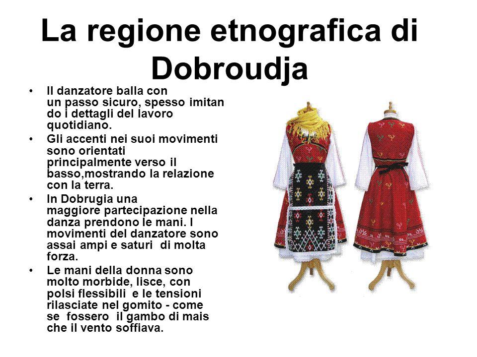 La regione etnografica di Dobroudja Il danzatore balla con un passo sicuro, spesso imitan do i dettagli del lavoro quotidiano. Gli accenti nei suoi mo