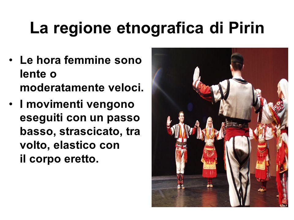 La regione etnografica di Pirin Le hora femmine sono lente o moderatamente veloci. I movimenti vengono eseguiti con un passo basso, strascicato, tra v