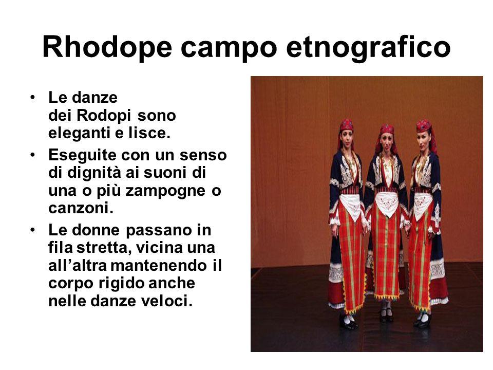 Rhodope campo etnografico Le danze dei Rodopi sono eleganti e lisce. Eseguite con un senso di dignità ai suoni di una o più zampogne o canzoni. Le don