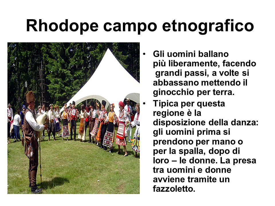 Rhodope campo etnografico Gli uomini ballano più liberamente, facendo grandi passi, a volte si abbassano mettendo il ginocchio per terra. Tipica per q