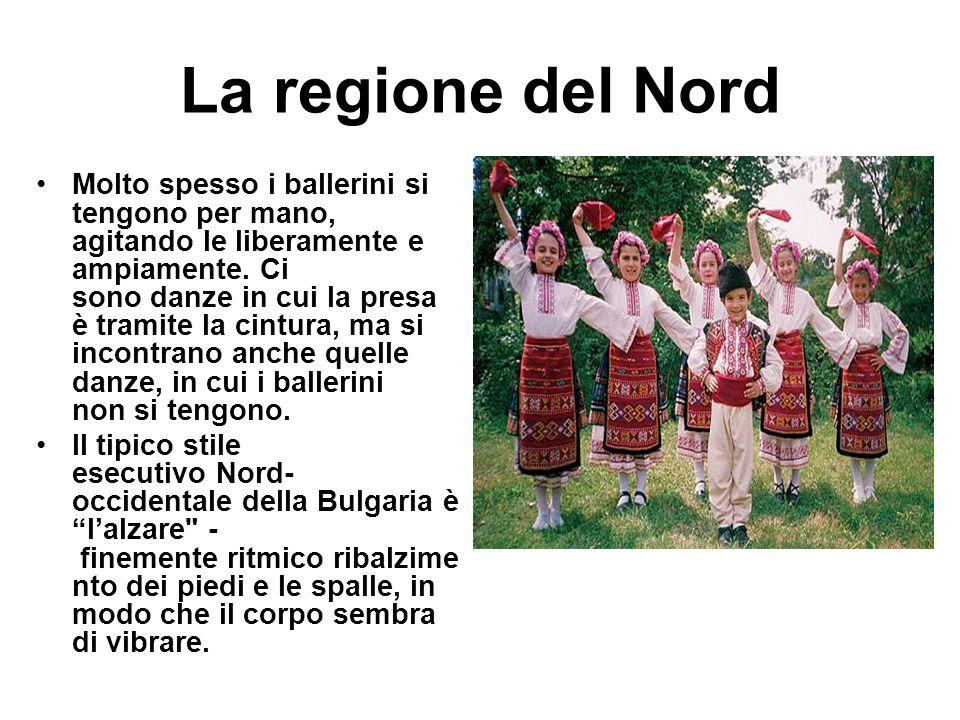 La regione del Nord Molto spesso i ballerini si tengono per mano, agitando le liberamente e ampiamente. Ci sono danze in cui la presa è tramite la cin