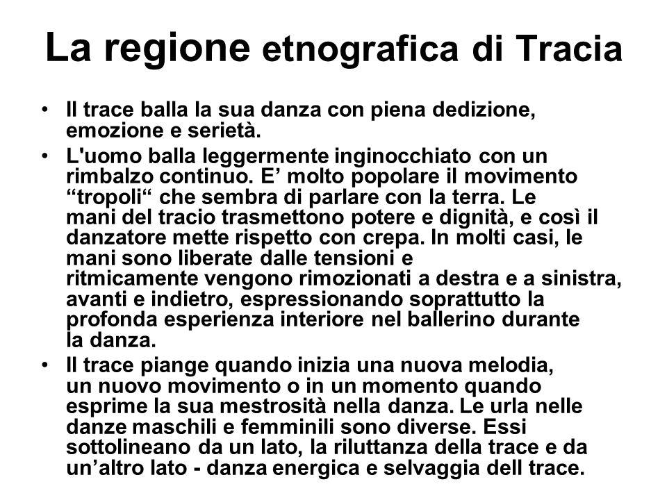 La regione etnografica di Tracia Il trace balla la sua danza con piena dedizione, emozione e serietà. L'uomo balla leggermente inginocchiato con un ri