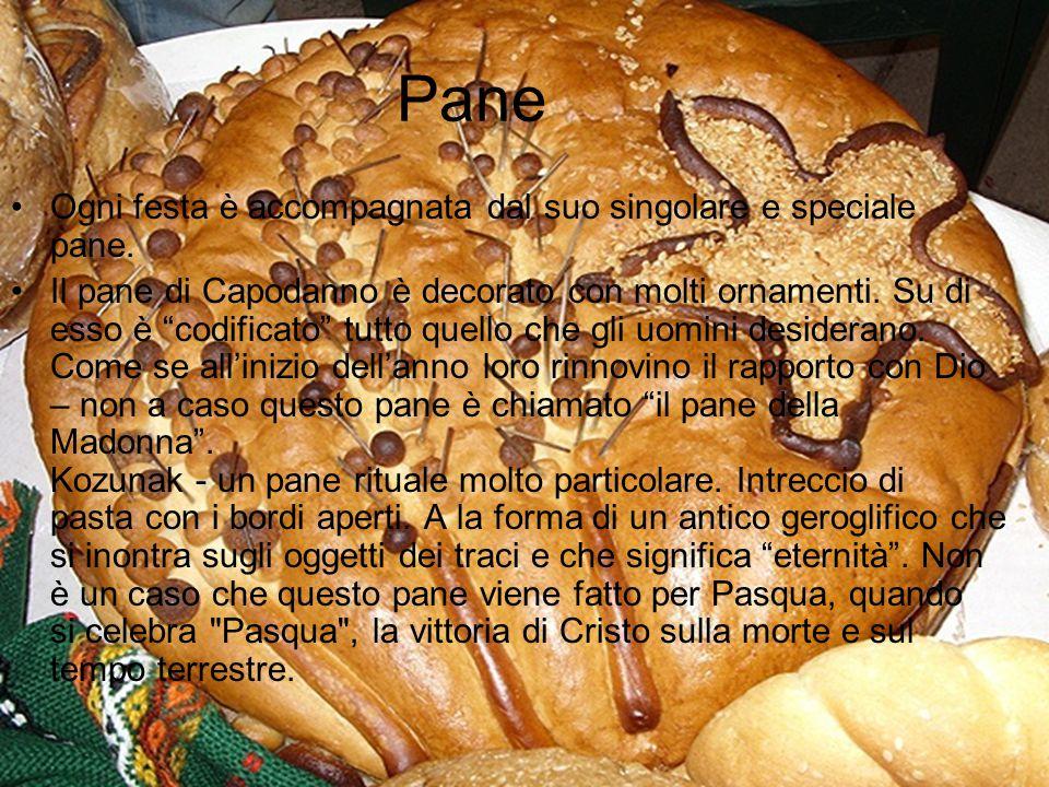"""Pane Ogni festa è accompagnata dal suo singolare e speciale pane. Il pane di Capodanno è decorato con molti ornamenti. Su di esso è """"codificato"""" tutto"""