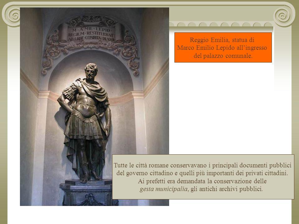 Reggio Emilia, statua di Marco Emilio Lepido all'ingresso del palazzo comunale.