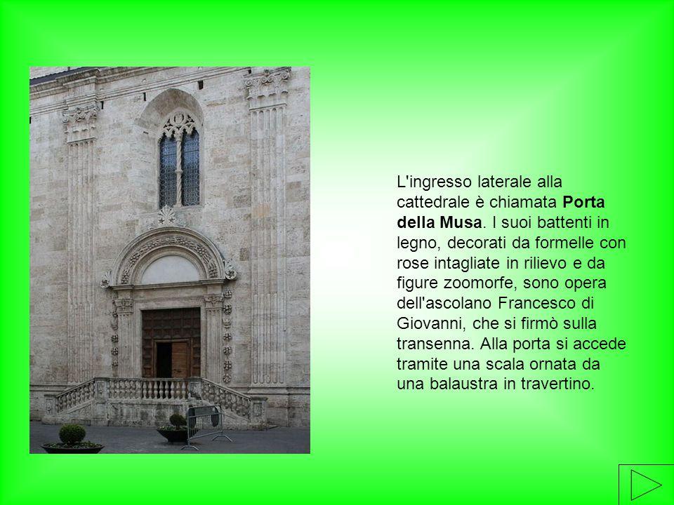 L'ingresso laterale alla cattedrale è chiamata Porta della Musa. I suoi battenti in legno, decorati da formelle con rose intagliate in rilievo e da fi