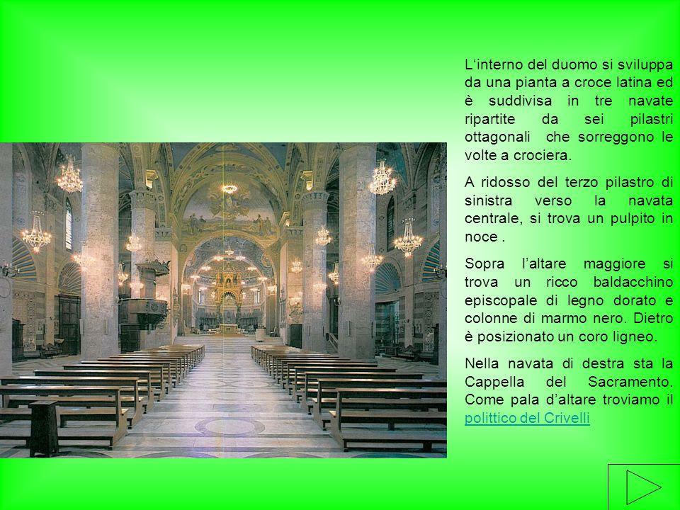 L'interno del duomo si sviluppa da una pianta a croce latina ed è suddivisa in tre navate ripartite da sei pilastri ottagonali che sorreggono le volte