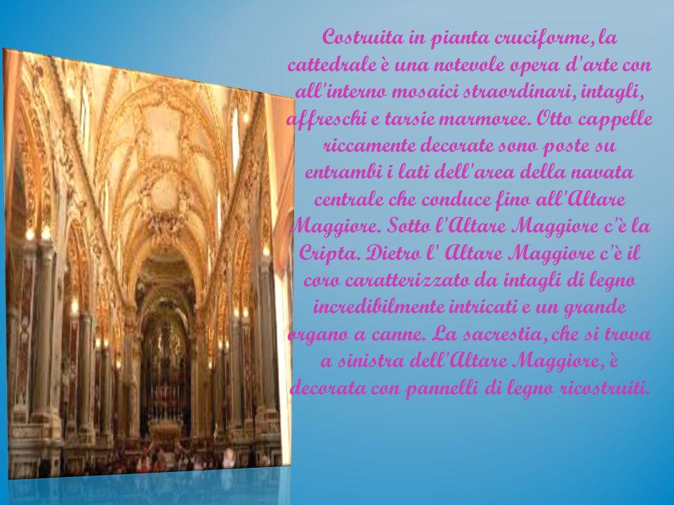 Costruita in pianta cruciforme, la cattedrale è una notevole opera d'arte con all'interno mosaici straordinari, intagli, affreschi e tarsie marmoree.