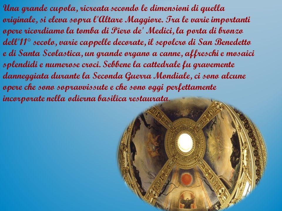 Una grande cupola, ricreata secondo le dimensioni di quella originale, si eleva sopra l'Altare Maggiore. Tra le varie importanti opere ricordiamo la t
