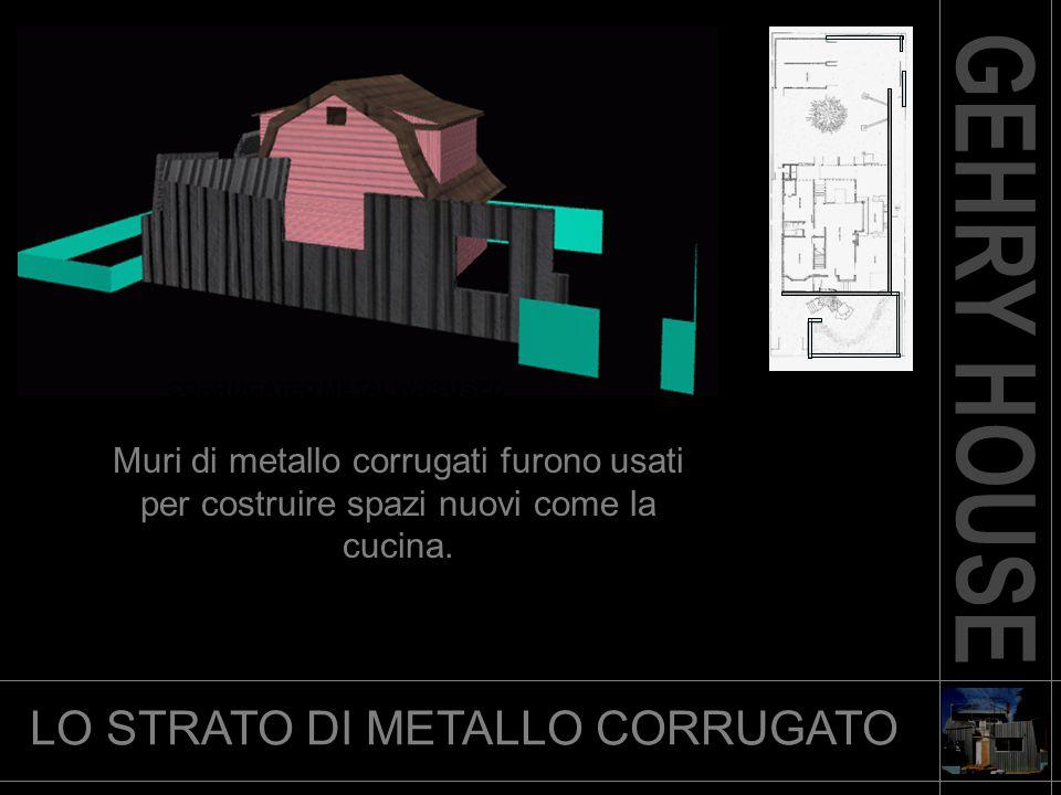LO STRATO DI METALLO CORRUGATO CORRUGATED METAL WAS USED Muri di metallo corrugati furono usati per costruire spazi nuovi come la cucina.