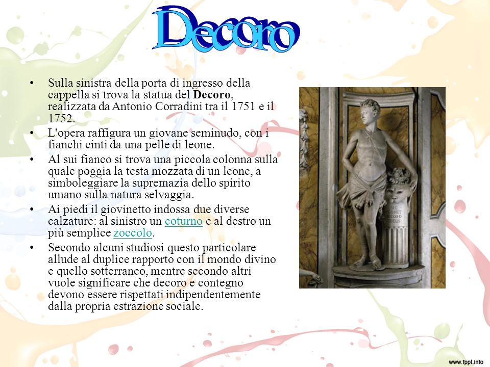Sulla sinistra della porta di ingresso della cappella si trova la statua del Decoro, realizzata da Antonio Corradini tra il 1751 e il 1752.