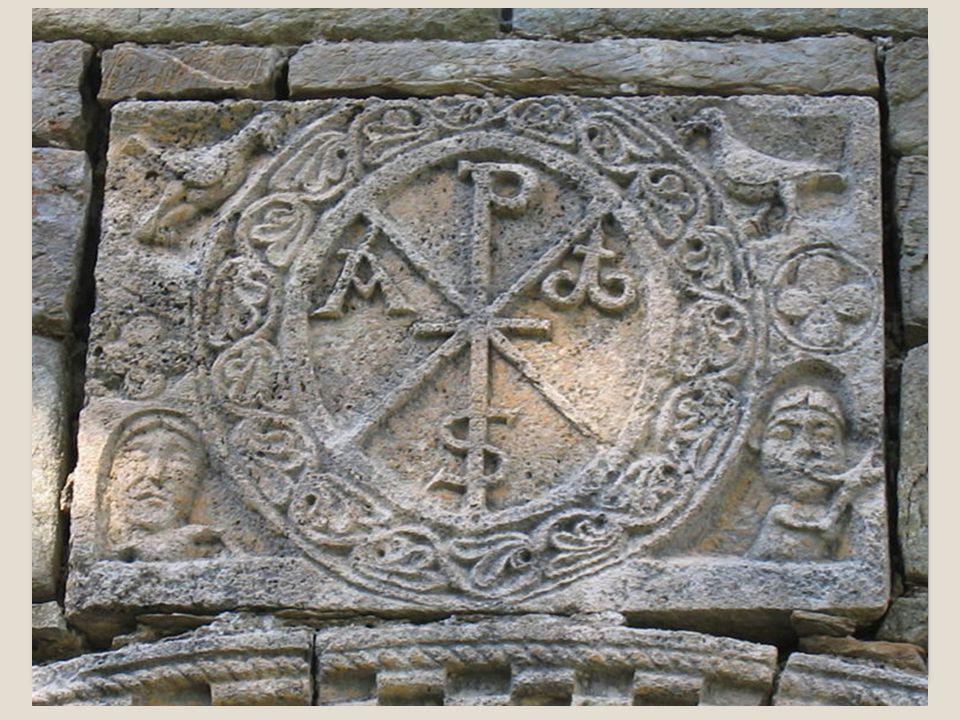Altro simbolo molto famoso è il MONOGRAMMA DI CRISTO composto dalle prime lettere della parola Cristo (X e P) e dalle lettere alfa e omega, la prima e