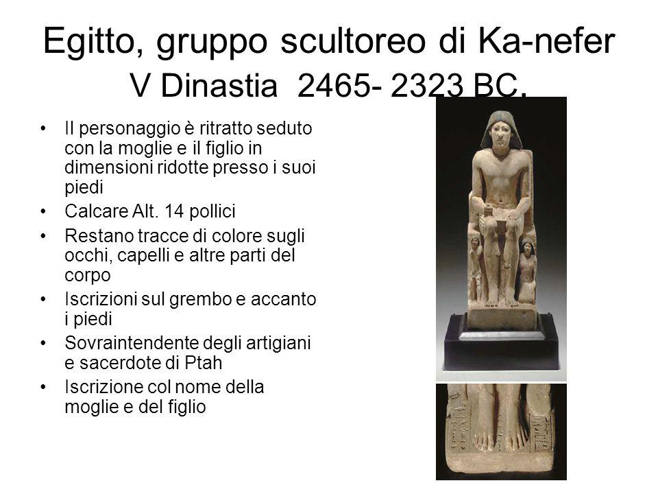Egitto, gruppo scultoreo di Ka-nefer V Dinastia 2465- 2323 BC. Il personaggio è ritratto seduto con la moglie e il figlio in dimensioni ridotte presso
