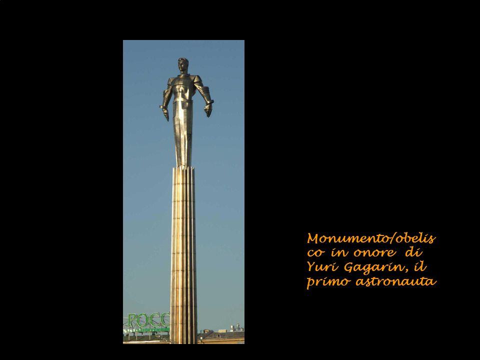 Battello giallo sulla Moscova