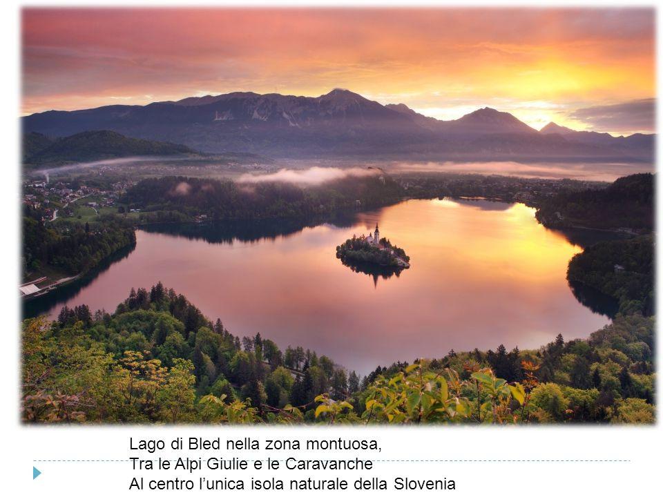 Lago di Bled nella zona montuosa, Tra le Alpi Giulie e le Caravanche Al centro l'unica isola naturale della Slovenia