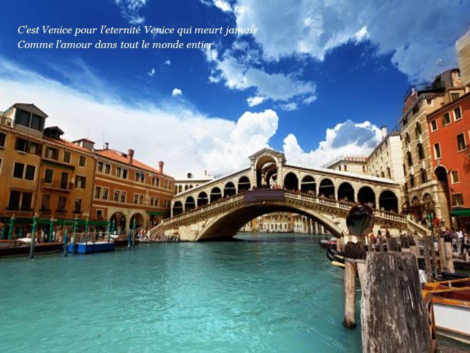 Sulla piazza San Marco sei mia e un gondoliere che ci fa compagnia C'e nell'aria una strana poesia solo a Venezia