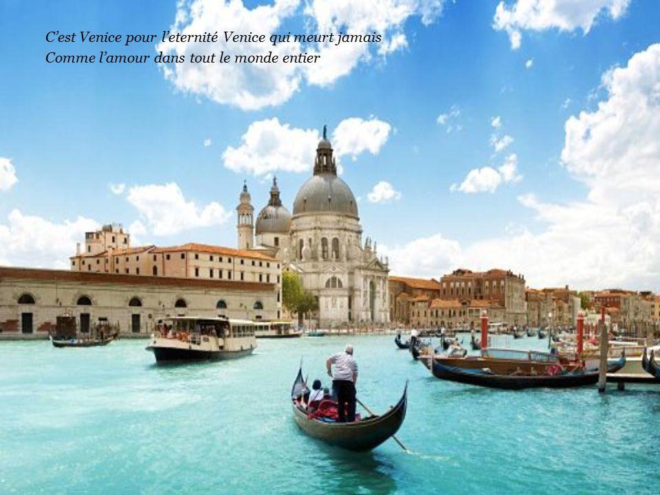 Sulla piazza San Marco sei mia c'e il carnevale per un'altra folia C'e sempre un canto d'amore e poesia solo a Venezia