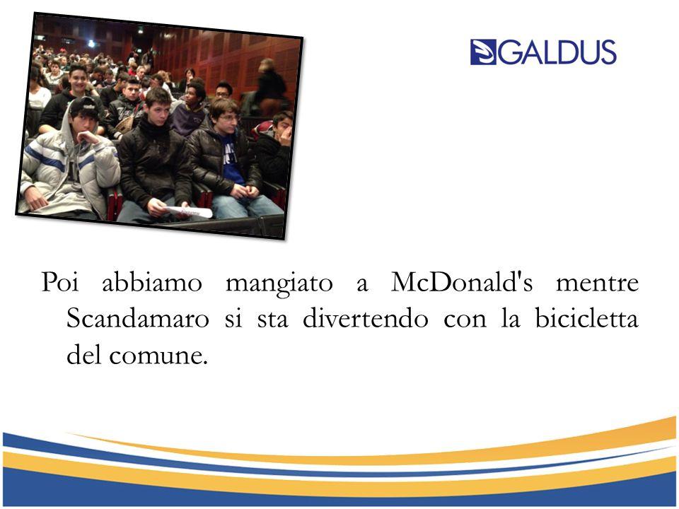 Poi abbiamo mangiato a McDonald's mentre Scandamaro si sta divertendo con la bicicletta del comune.