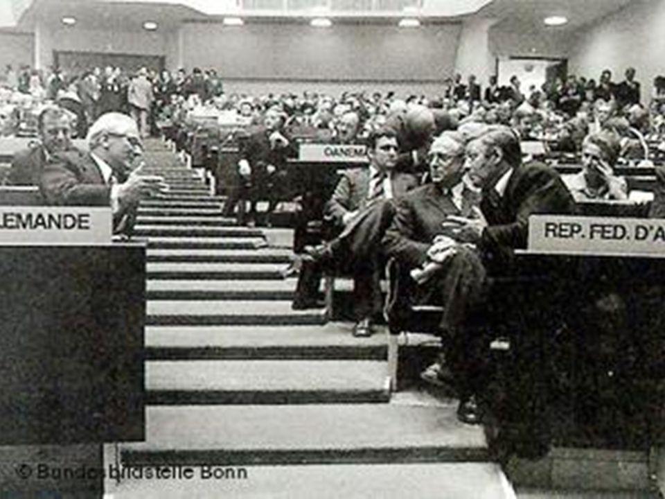La distensione europea Dal 1972 al 1975 si lavora per dare vita a una Conferenza sulla Sicurezza e la Cooperazione in Europa (CSCE) L'Atto Finale verr