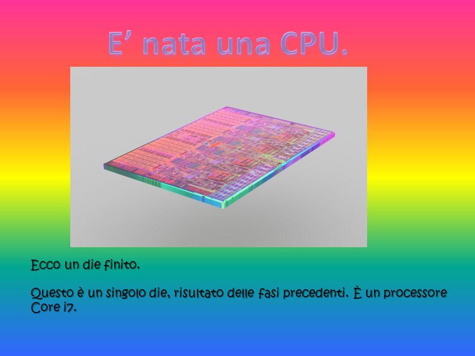 Ecco un die finito. Questo è un singolo die, risultato delle fasi precedenti. È un processore Core i7.