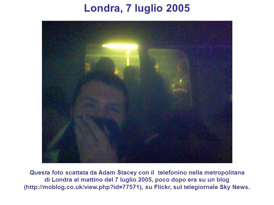 Londra, 7 luglio 2005 Questa foto scattata da Adam Stacey con il telefonino nella metropolitana di Londra al mattino del 7 luglio 2005, poco dopo era
