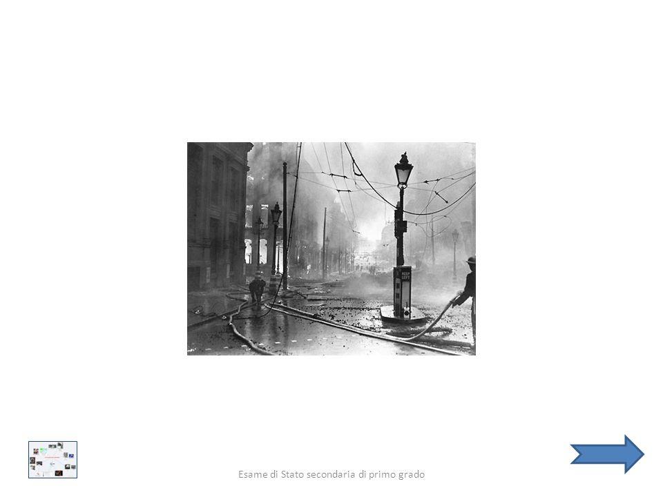 Il duomo di St Paul, alla destra della foto, Illuminato dalla luce della luna e dalle fiamme delle esplosioni delle bombe incendiarie. Londra, autore