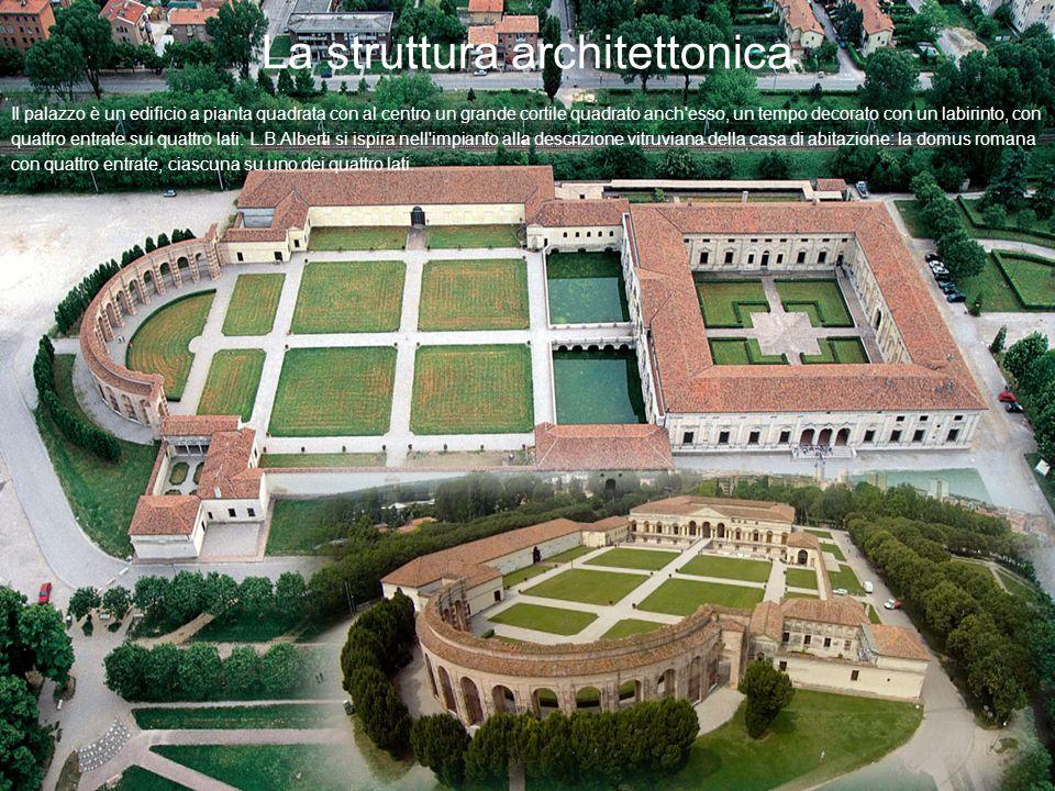 La struttura architettonica Il palazzo è un edificio a pianta quadrata con al centro un grande cortile quadrato anch'esso, un tempo decorato con un la