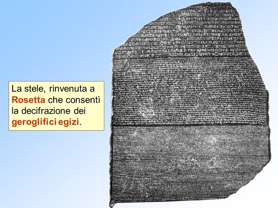 La stele, rinvenuta a Rosetta che consentì la decifrazione dei geroglifici egizi.