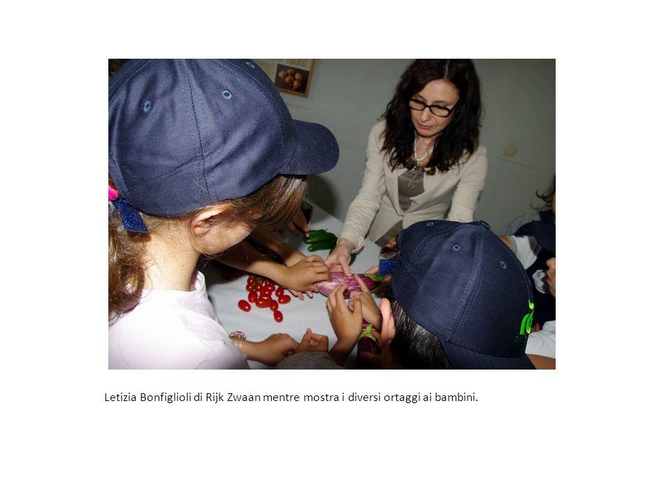 Letizia Bonfiglioli di Rijk Zwaan mentre mostra i diversi ortaggi ai bambini.