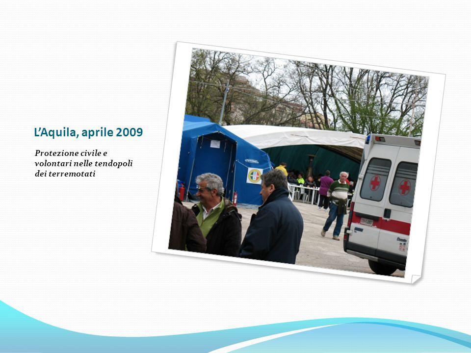 L'Aquila, aprile 2009 Protezione civile e volontari nelle tendopoli dei terremotati