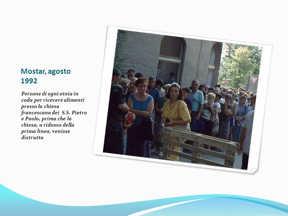 Mostar, agosto 1992 Persone di ogni etnia in coda per ricevere alimenti presso la chiesa francescana dei S.S.