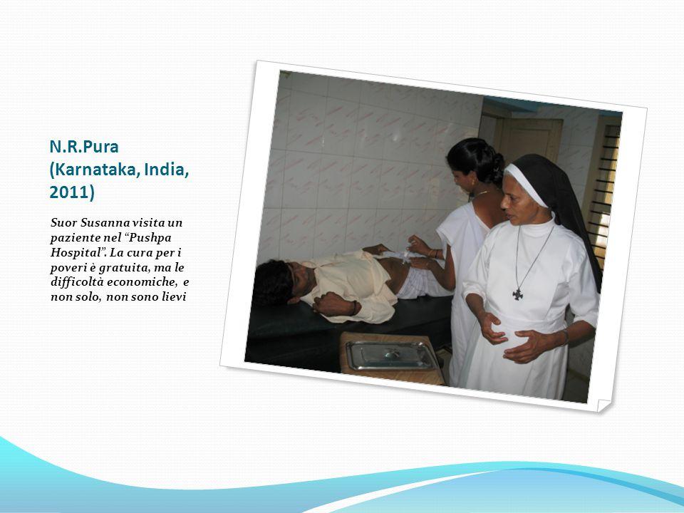 N.R.Pura (Karnataka, India, 2011) Suor Susanna visita un paziente nel Pushpa Hospital .
