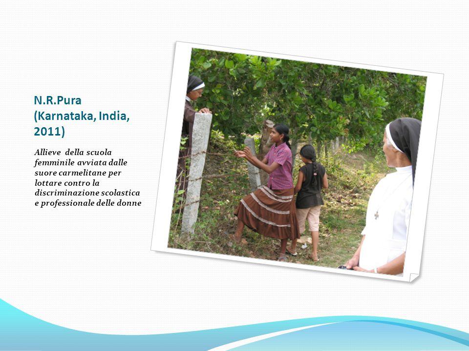 N.R.Pura (Karnataka, India, 2011) Allieve della scuola femminile avviata dalle suore carmelitane per lottare contro la discriminazione scolastica e professionale delle donne