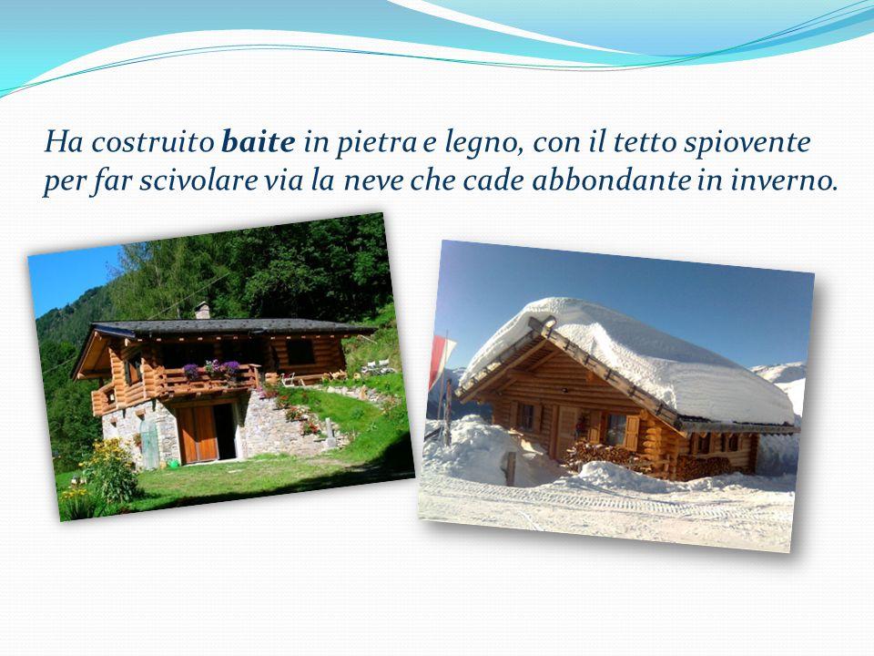 Ha costruito baite in pietra e legno, con il tetto spiovente per far scivolare via la neve che cade abbondante in inverno.