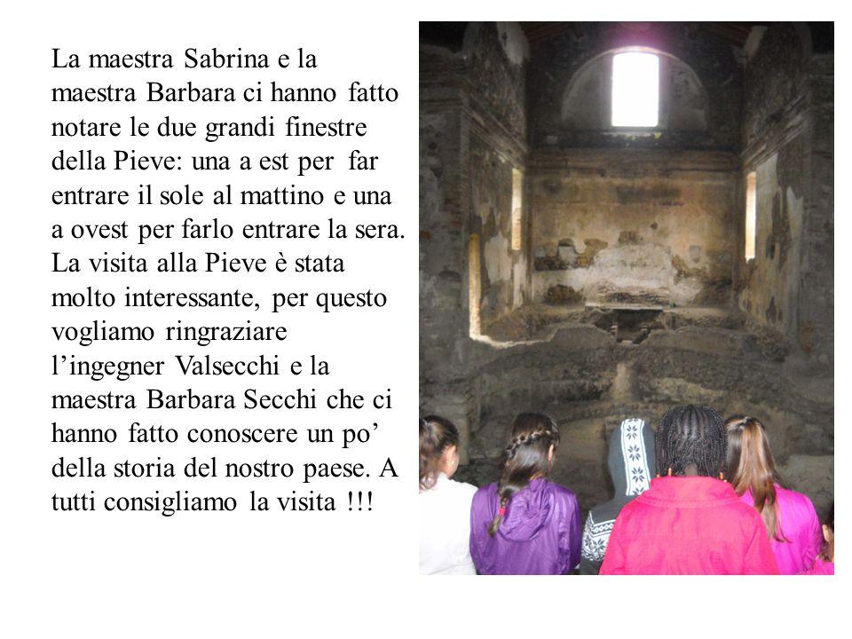 La maestra Sabrina e la maestra Barbara ci hanno fatto notare le due grandi finestre della Pieve: una a est per far entrare il sole al mattino e una a ovest per farlo entrare la sera.