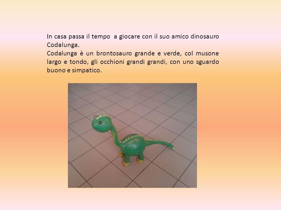 In casa passa il tempo a giocare con il suo amico dinosauro Codalunga.