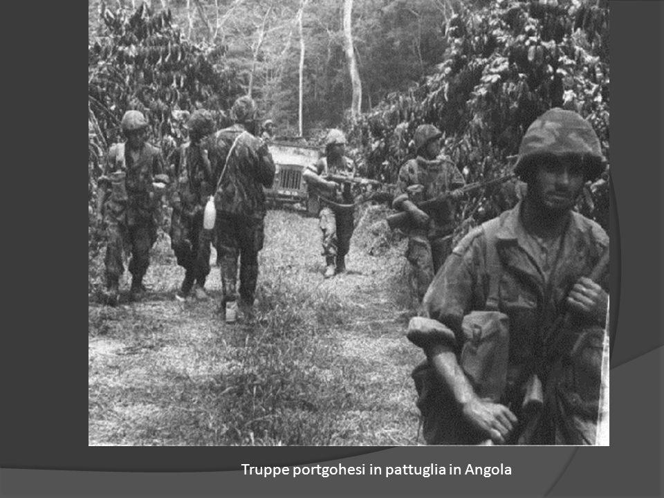 Truppe portgohesi in pattuglia in Angola