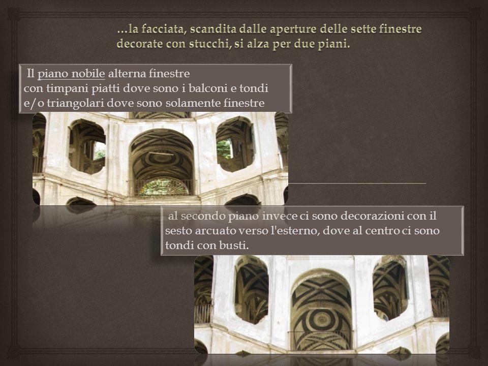 Il piano nobile alterna finestre con timpani piatti dove sono i balconi e tondi e/o triangolari dove sono solamente finestre al secondo piano invece c