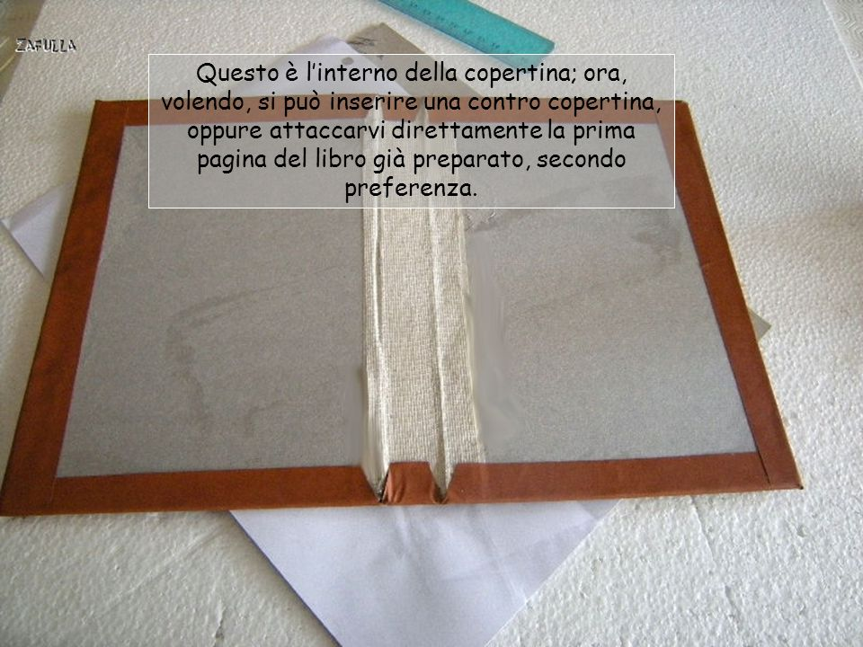Anche la carta di rivestimento, o similpelle, andrà tagliata un centimetro per parte in più della misura del cartone; incolliamo abbon- dantemente tut