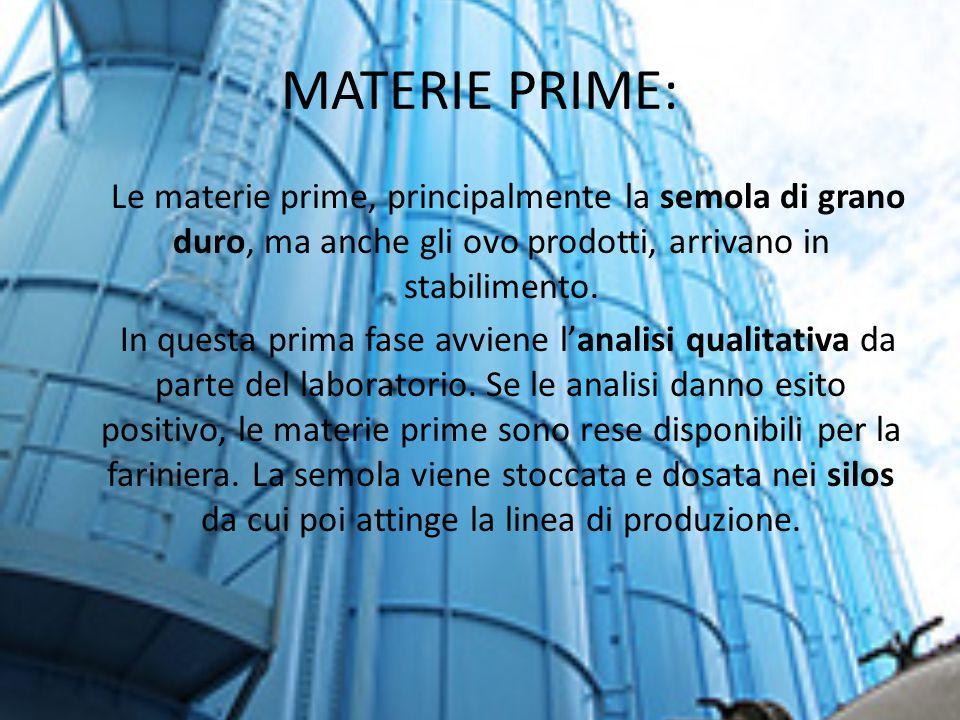 MATERIE PRIME: Le materie prime, principalmente la semola di grano duro, ma anche gli ovo prodotti, arrivano in stabilimento. In questa prima fase avv