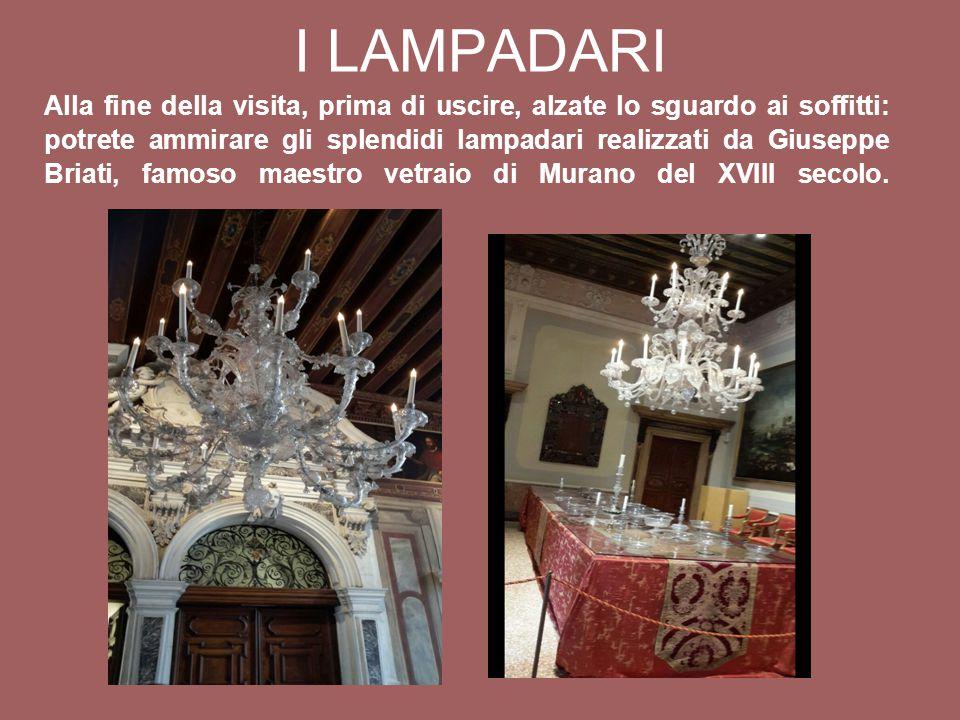 Alla fine della visita, prima di uscire, alzate lo sguardo ai soffitti: potrete ammirare gli splendidi lampadari realizzati da Giuseppe Briati, famoso maestro vetraio di Murano del XVIII secolo.