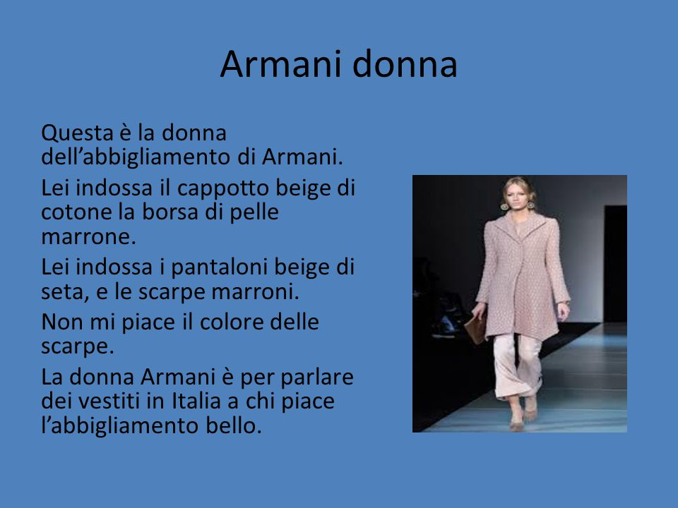 Armani donna Questa è la donna dell'abbigliamento di Armani. Lei indossa il cappotto beige di cotone la borsa di pelle marrone. Lei indossa i pantalon