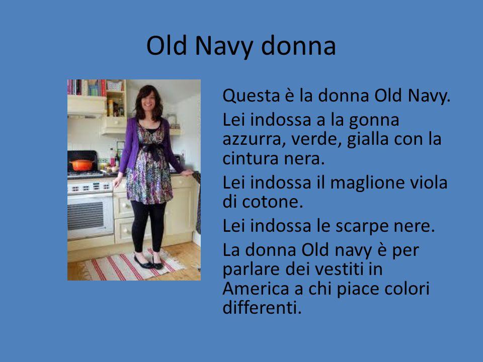 Old Navy donna Questa è la donna Old Navy. Lei indossa a la gonna azzurra, verde, gialla con la cintura nera. Lei indossa il maglione viola di cotone.