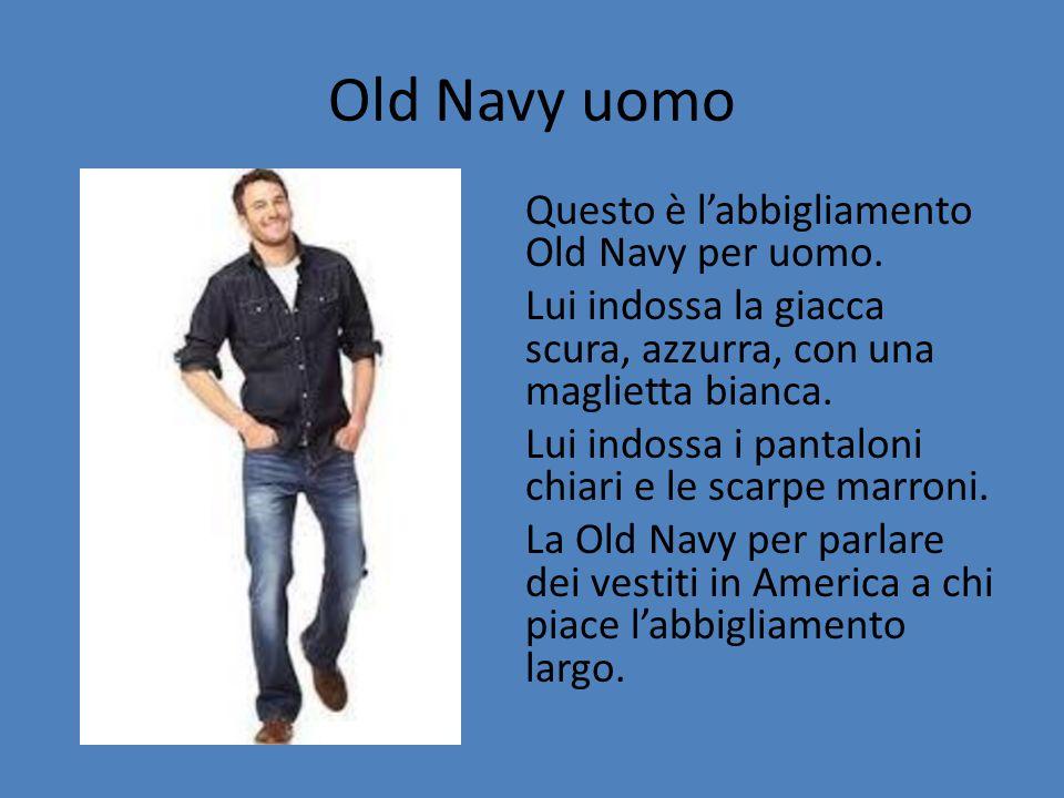 Old Navy uomo Questo è l'abbigliamento Old Navy per uomo. Lui indossa la giacca scura, azzurra, con una maglietta bianca. Lui indossa i pantaloni chia