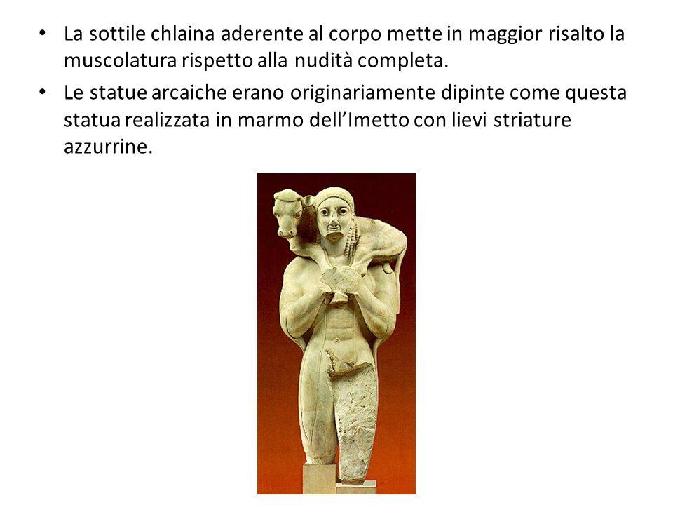 La sottile chlaina aderente al corpo mette in maggior risalto la muscolatura rispetto alla nudità completa. Le statue arcaiche erano originariamente d