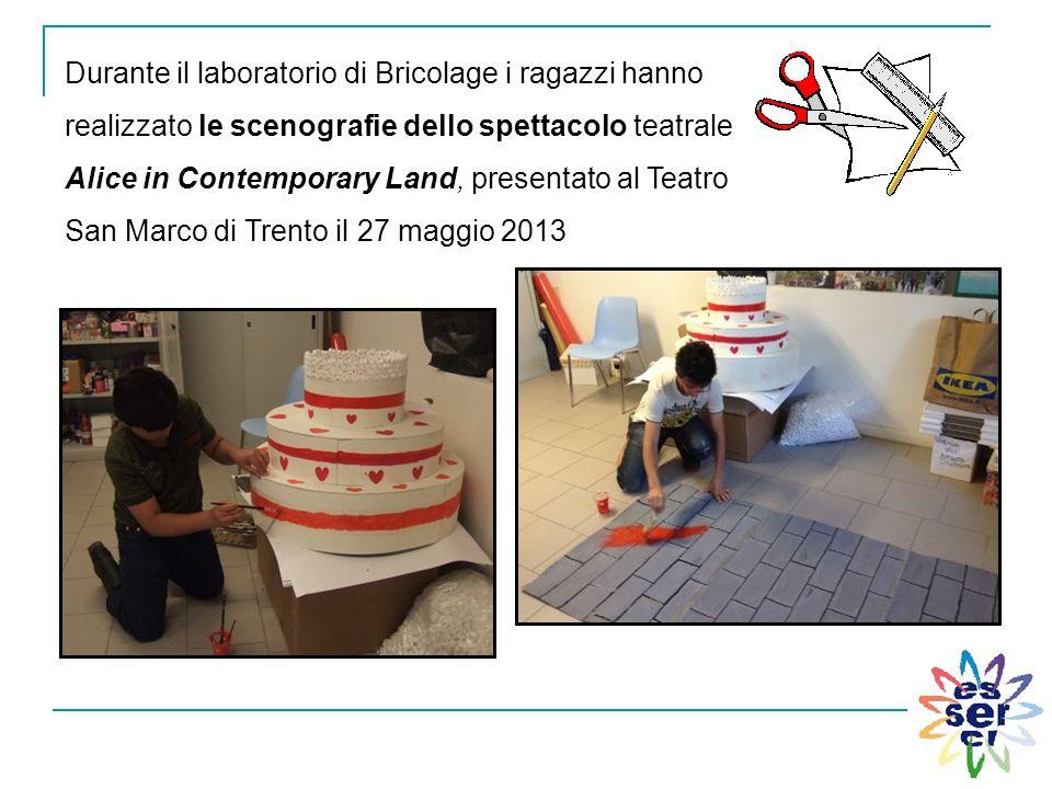 Durante il laboratorio di Bricolage i ragazzi hanno realizzato le scenografie dello spettacolo teatrale Alice in Contemporary Land, presentato al Teat