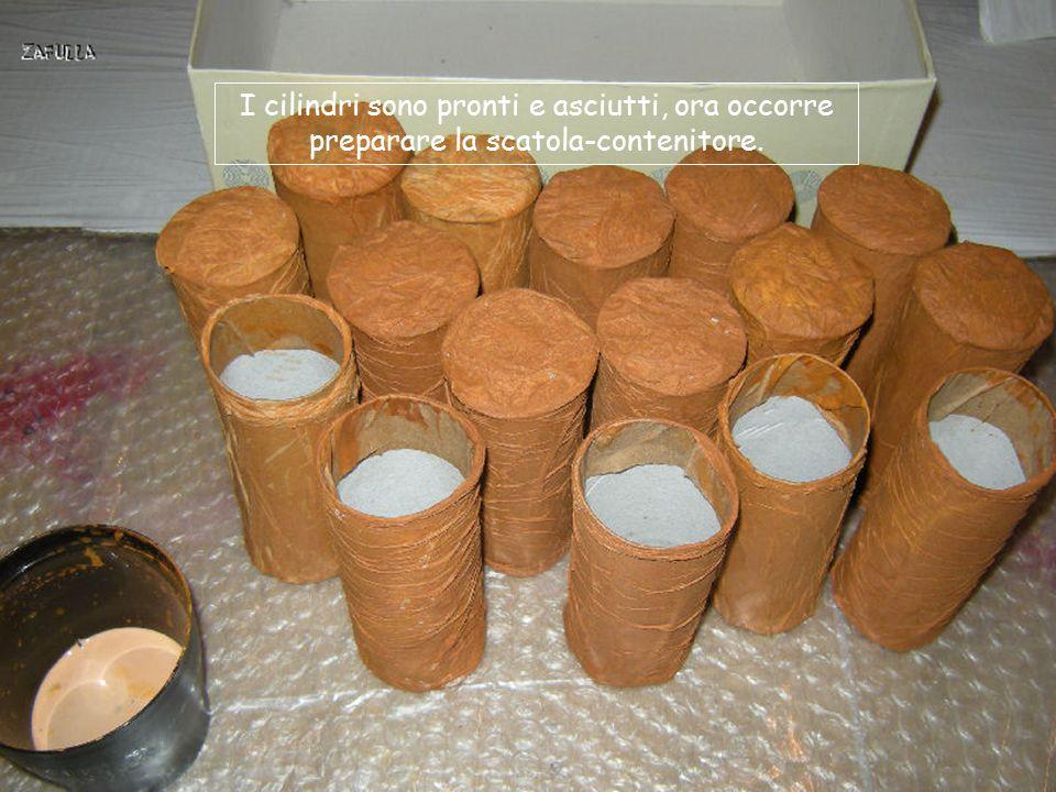 Incollo ogni cilindro e poi ci passo sopra il velo di un tovagliolo bianco, su cui passo una mano di colla colorata; le grinze simil-carta-riso, le fo