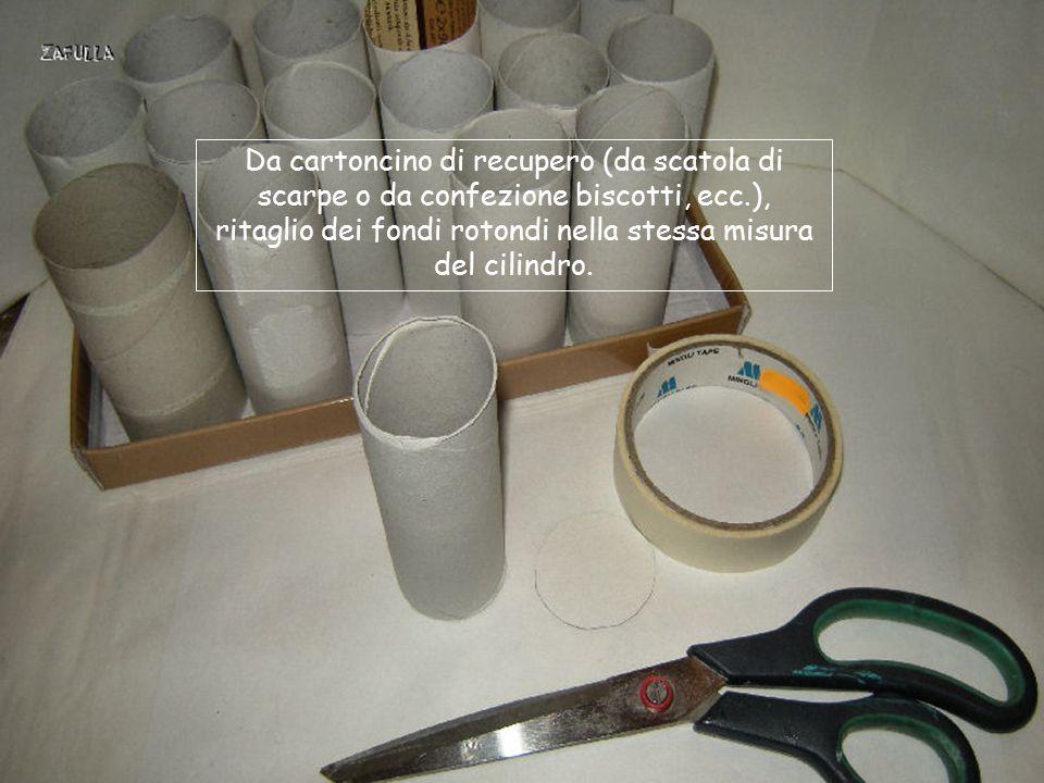 Occorrente: 16 cilindri di cartone (interno rotoli carta igienica); carta da pacchi; scatola da scarpe; colla vinilica; tovaglioli di carta colore (ho