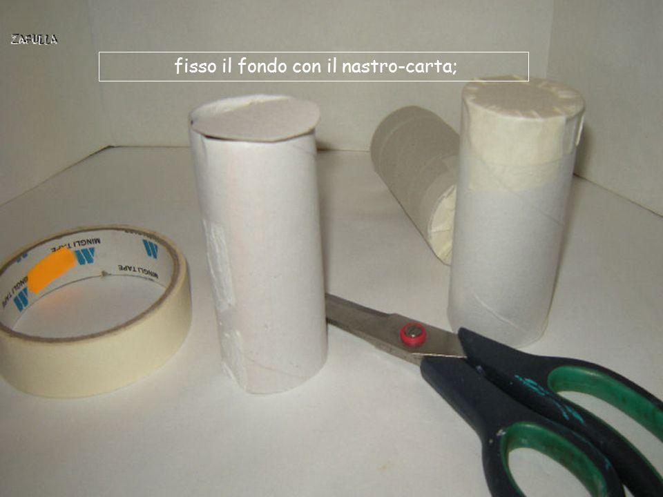 Da cartoncino di recupero (da scatola di scarpe o da confezione biscotti, ecc.), ritaglio dei fondi rotondi nella stessa misura del cilindro.