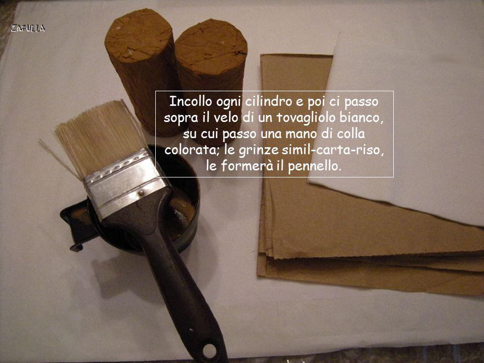 Incollo ogni cilindro e poi ci passo sopra il velo di un tovagliolo bianco, su cui passo una mano di colla colorata; le grinze simil-carta-riso, le formerà il pennello.
