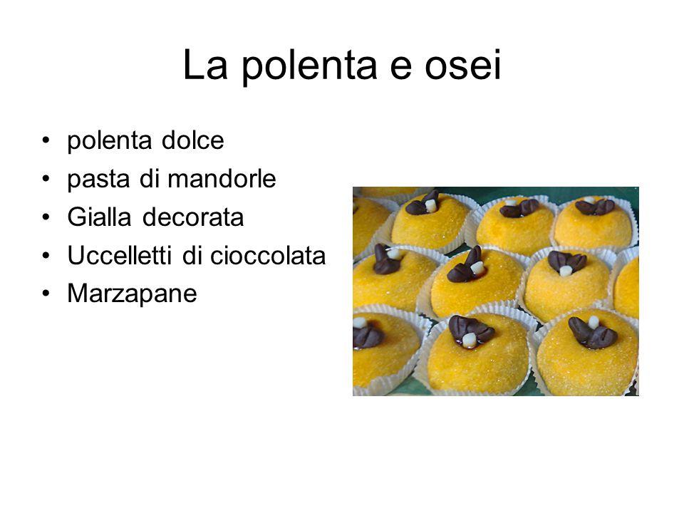 La polenta e osei polenta dolce pasta di mandorle Gialla decorata Uccelletti di cioccolata Marzapane